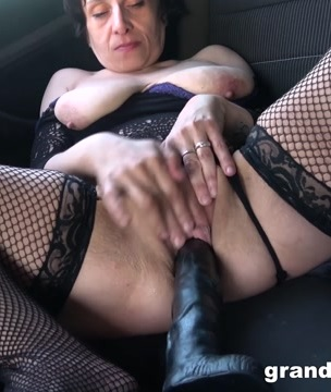 Mona fisting in her car